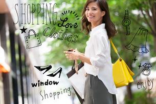街で買い物をする女性のイラスト素材 [FYI02682728]