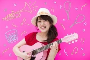 ギターを演奏する女性のイラスト素材 [FYI02682763]
