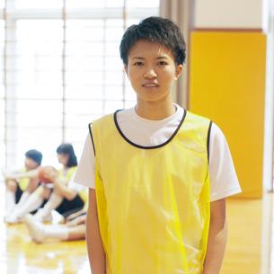 体育館で微笑む男子学生の写真素材 [FYI02682801]