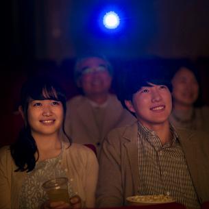 映画を見るカップルの写真素材 [FYI02682806]