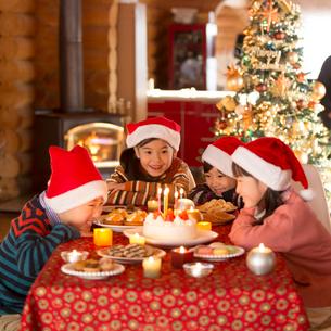 クリスマスパーティーをする子供達の写真素材 [FYI02682811]