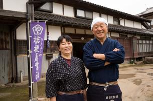 笑顔の醤油造り職人夫婦の写真素材 [FYI02682816]