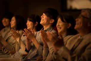 拍手をする観客の写真素材 [FYI02682847]