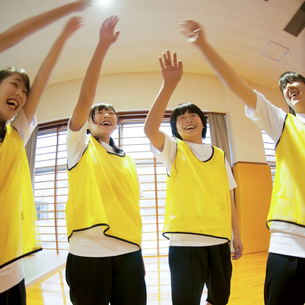 体育館で円陣を組む女子学生の写真素材 [FYI02682849]