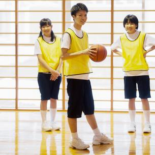 体育館でバスケットの練習をする学生の写真素材 [FYI02682858]