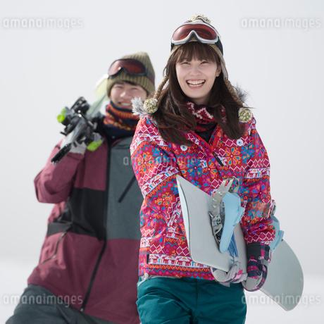 ゲレンデで微笑む若者たちの写真素材 [FYI02682868]