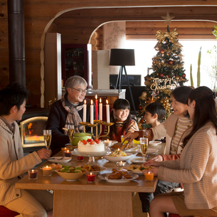 クリスマスパーティーをする3世代家族の写真素材 [FYI02682873]