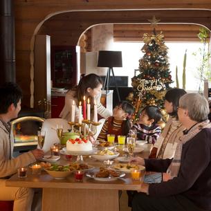 クリスマスパーティーをする3世代家族の写真素材 [FYI02682875]
