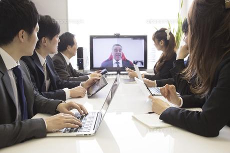 会議するビジネスマンの写真素材 [FYI02682884]