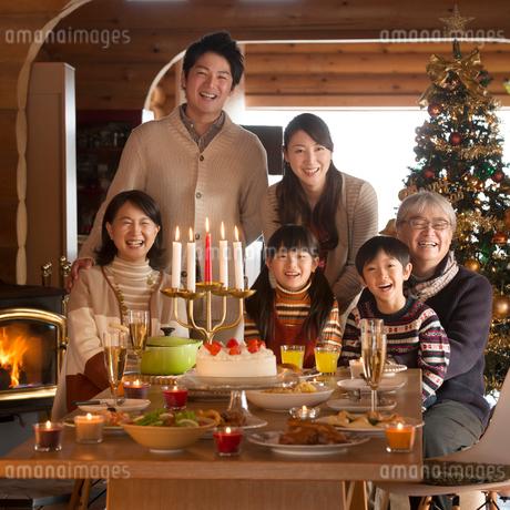 クリスマスパーティーをする3世代家族の写真素材 [FYI02682887]