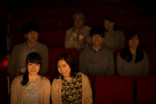 映画を見る2人の女性の写真素材 [FYI02682888]