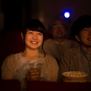 映画を見る女性の写真素材 [FYI02682902]