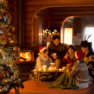 クリスマスツリーとクリスマスパーティーをする若者たちの写真素材 [FYI02682906]