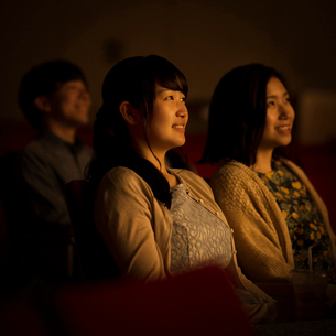 映画を見る2人の女性の写真素材 [FYI02682907]