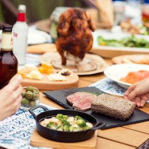 テーブルの上に並ぶグランピングの料理の写真素材 [FYI02682911]