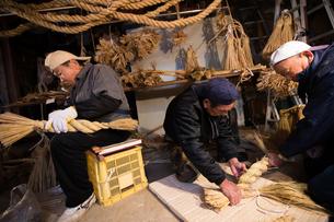 冬の農閑期にしめ縄作りする70~80代男性の写真素材 [FYI02682912]