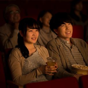 映画を見るカップルの写真素材 [FYI02682917]