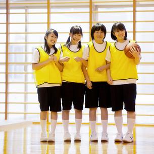 体育館で微笑む女子学生の写真素材 [FYI02682922]