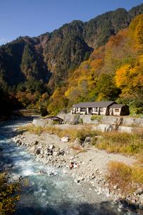 秋の黒部峡谷 祖母谷温泉の写真素材 [FYI02682925]
