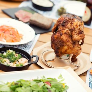 テーブルの上に並ぶグランピングの料理の写真素材 [FYI02682927]
