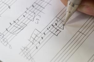 音符を書く女性の写真素材 [FYI02682928]