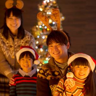 クリスマスパーティーをする親子の写真素材 [FYI02682931]