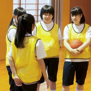 体育館で談笑をする女子学生の写真素材 [FYI02682932]