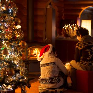 クリスマスパーティーをするカップルの後姿の写真素材 [FYI02682966]