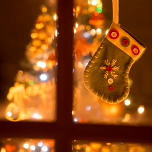 窓辺に吊るした靴下の写真素材 [FYI02683007]