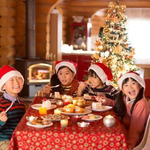 クリスマスパーティーをする子供達の写真素材 [FYI02683012]