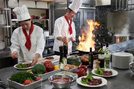 厨房で働く二人の調理師の写真素材 [FYI02683083]
