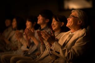 拍手をする観客の写真素材 [FYI02683218]