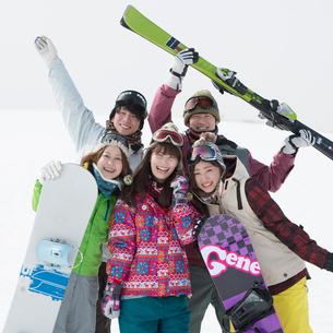 ゲレンデで微笑む若者たちの写真素材 [FYI02683283]