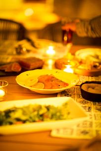 テーブルの上に並ぶグランピングの料理の写真素材 [FYI02683284]
