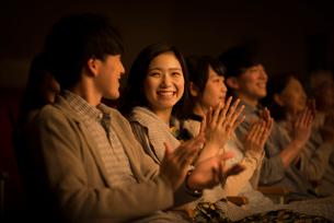 拍手をする観客の写真素材 [FYI02683287]