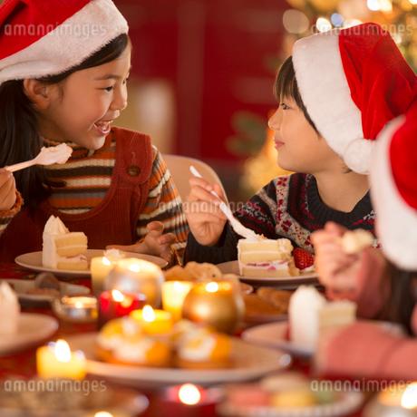 クリスマスパーティーをする子供達の写真素材 [FYI02683343]
