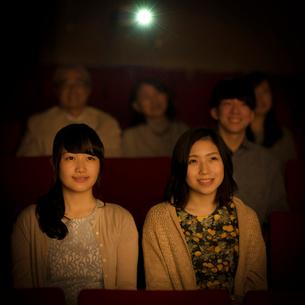 映画を見る2人の女性の写真素材 [FYI02683344]