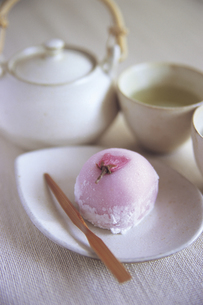 桜大福と緑茶の写真素材 [FYI02683370]