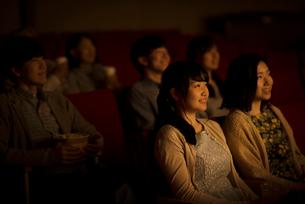 映画を見る2人の女性の写真素材 [FYI02683382]