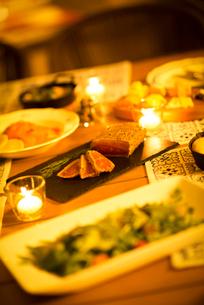テーブルの上に並ぶグランピングの料理の写真素材 [FYI02683383]