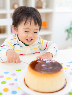 食卓に向かう男の子の写真素材 [FYI02683424]