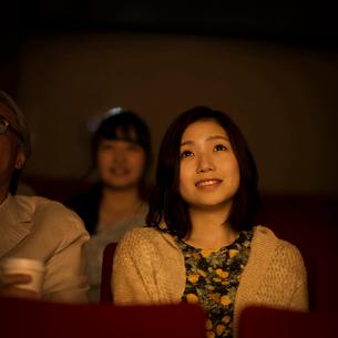 映画を見る女性の写真素材 [FYI02683476]