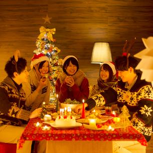 クリスマスパーティーをする若者たちの写真素材 [FYI02683482]