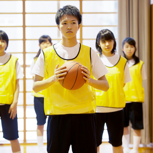 体育館でバスケットの練習をする学生の写真素材 [FYI02683537]