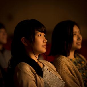 映画を見る2人の女性の写真素材 [FYI02683556]
