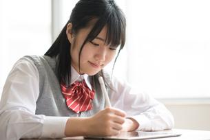 タブレットPCで勉強をする女子学生の写真素材 [FYI02683569]