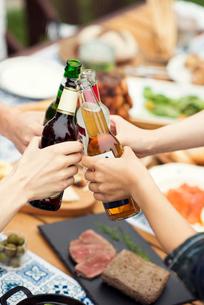 乾杯をする若者たちの手元の写真素材 [FYI02683576]