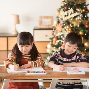サンタさんへ手紙を書く子供たちの写真素材 [FYI02683585]