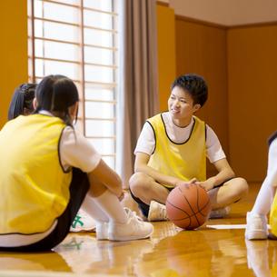 体育館で談笑をする学生の写真素材 [FYI02683592]