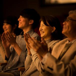拍手をする観客の写真素材 [FYI02683600]